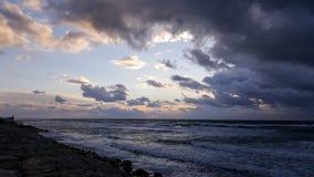 Puesta del sol, en la 'promenade' del mar Mediterráneo, invierno, Haifa, Israel Foto de archivo libre de regalías