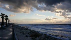 Puesta del sol, en la 'promenade' del mar Mediterráneo, invierno, Haifa, Israel Imagen de archivo