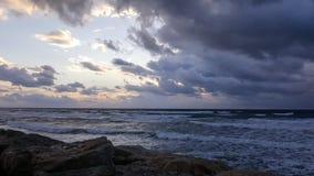 Puesta del sol, en la 'promenade' del mar Mediterráneo, invierno, Haifa, Israel Fotografía de archivo