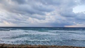 Puesta del sol, en la 'promenade' del mar Mediterráneo, invierno, Haifa, Israel Fotos de archivo libres de regalías