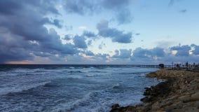Puesta del sol, en la 'promenade' del mar Mediterráneo, invierno, Haifa, Israel Foto de archivo