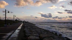 Puesta del sol, en la 'promenade' del mar Mediterráneo, invierno, Haifa, Israel Imagenes de archivo