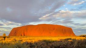 Puesta del sol en la roca de Uluru Ayers Imagenes de archivo