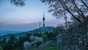 Puesta del sol en la torre de Namsan en Seul, Corea del Sur almacen de metraje de vídeo