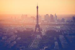 Puesta del sol en la torre Eiffel en París con el filtro del vintage Imagen de archivo