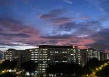 Puesta del sol en la vivienda de protección oficial de Singapur Fotos de archivo