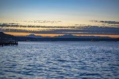 Puesta del sol en las aguas picadas en la bahía de Tacoma foto de archivo