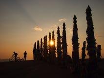 Puesta del sol en las banderas del rezo en el lago Baikal Foto de archivo