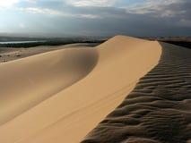 Puesta del sol en las dunas blancas Imagen de archivo