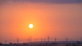 Puesta del sol en las líneas eléctricas Foto de archivo libre de regalías