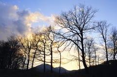 Puesta del sol en las montañas, último otoño, invierno fotos de archivo libres de regalías