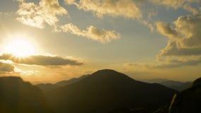 Puesta del sol en las montañas metrajes