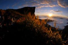 Puesta del sol en las montañas. Fotografía de archivo