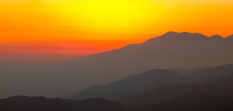 Puesta del sol en las montañas Imagen de archivo