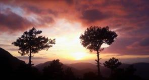 Puesta del sol en las montañas Imagen de archivo libre de regalías