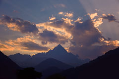 Puesta del sol en las montañas Foto de archivo libre de regalías