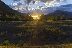 Puesta del sol en las montañas Altai, Siberia, Rusia Fotos de archivo libres de regalías