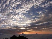 Puesta del sol en las montañas amarillas Foto de archivo