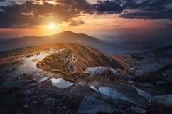 Puesta del sol en las montañas cárpatas Fotografía de archivo