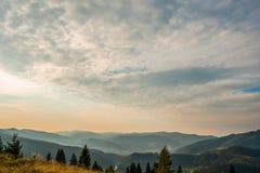 Puesta del sol en las montañas cárpatas imagen de archivo