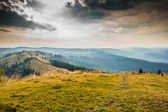 Puesta del sol en las montañas cárpatas imagenes de archivo