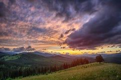 Puesta del sol en las montañas Cárpatos de Ucrania Ciudad de Verhovina Foto de HDR Foto de archivo