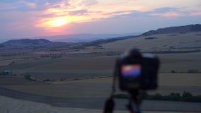 Puesta del sol en las montañas contra la perspectiva de la cámara almacen de video