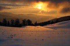 Puesta del sol en las montañas de Cárpatos imágenes de archivo libres de regalías
