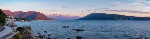 Puesta del sol en las montañas de Snowtop en Herceg Novi Montenegro fotos de archivo libres de regalías