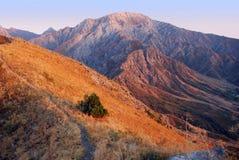 Puesta del sol en las montañas de Tien Shan en agosto Imagenes de archivo