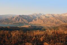 Puesta del sol en las montañas de Tien Shan en agosto Fotografía de archivo