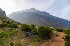 Puesta del sol en las montañas del cíngaro del dello de Riserva Naturale en Sicilia (Italia) Imagenes de archivo