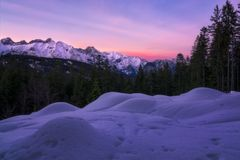 Puesta del sol en las montañas en el día pasado del año fotografía de archivo