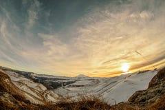 Puesta del sol en las montañas en el fisheye Foto de archivo libre de regalías