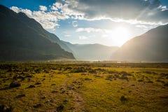 Puesta del sol en las montañas en el valle fotos de archivo