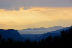 Puesta del sol en las montañas peloponnese foto de archivo