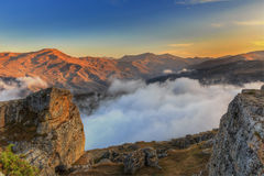 Puesta del sol en las montañas del pueblo de Gryz azerbaijan imágenes de archivo libres de regalías