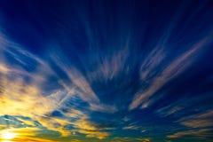 Puesta del sol en las nubes coloridas foto de archivo
