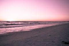 Puesta del sol en las playas del golfo Foto de archivo libre de regalías