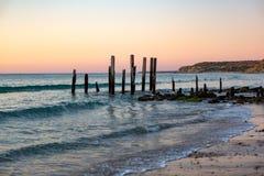 Puesta del sol en las ruinas icónicas del embarcadero de Willunga del puerto en Australi del sur Fotos de archivo libres de regalías