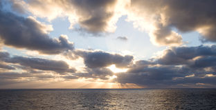 Puesta del sol en los altos mares Fotografía de archivo