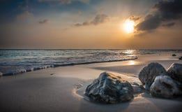 Puesta del sol en los Maldives Puesta del sol colorida hermosa sobre el océano en los Maldivas vistos de la playa Puesta del sol  Fotos de archivo libres de regalías