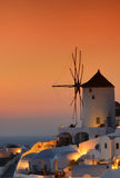 Puesta del sol en los molinoes de viento famosos en el pueblo hermoso de Oia, Santorini Fotografía de archivo
