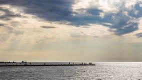 Puesta del sol en los muelles de Trieste, Italia fotografía de archivo