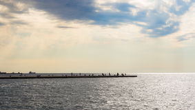 Puesta del sol en los muelles de Trieste, Italia foto de archivo libre de regalías
