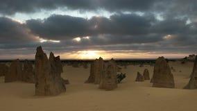 Puesta del sol en los pináculos en Australia occidental almacen de video