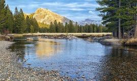Puesta del sol en los prados de Tuolumne, parque nacional de Yosemite Foto de archivo