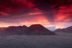 Puesta del sol en los volcanes de Bromo Imagenes de archivo