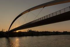 Puesta del sol en Maastricht céntrica vista de la orilla Mosa fotografía de archivo