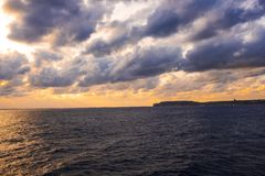 Puesta del sol en Malta durante un viaje en un transbordador imágenes de archivo libres de regalías